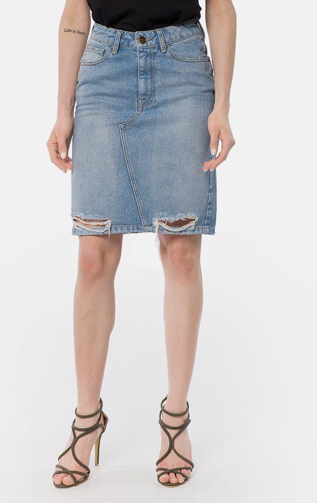 4a454a20f10 Джинсовая юбка до колена. Застегивается на молнию и пуговицу. Выполнена в  класси.