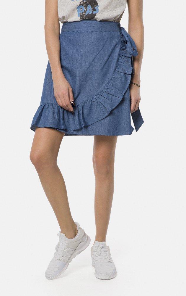 f8fed71e57b Для любительниц цвета деним - юбка из легкого материала на запах.  Декорирована в.